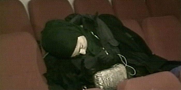 Une terroriste tchétchène avec sa ceinture d'explosifs, après le gazage du théâtre Dubrovka de Moscou par les forces spéciales russes, le 27 octobre 2002. (Eyepress News)