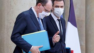 Jean Castex et Olivier Véran quittent le palais de l'Elysée, à Paris, le 3 février 2021. (LUDOVIC MARIN / AFP)