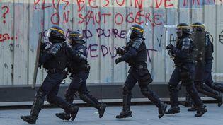 """Des CRS pendant une manifestation des """"gilets jaunes"""" le 16 février 2019 à Bordeaux. (NICOLAS TUCAT / AFP)"""