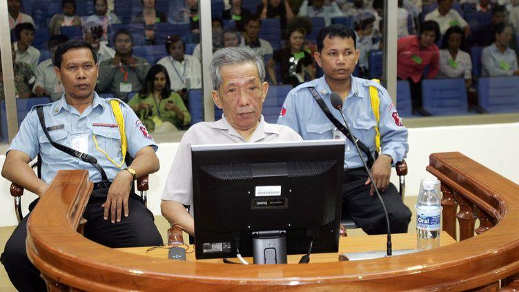 Kaing Guek Eav, plus connu sous le nom de Duch, est assis sur le banc des accusésau tribunal de Phnom Penh (Cambodge), le 5 décembre 2008. (MAK REMISSA / POOL / AFP)