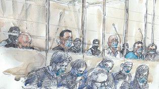 Les accusés dans le box et leurs avocats au premier jour du procès des attentats de janvier 2015 devant la cour d'assises spéciale de Paris, le 2 septembre 2020. (BENOIT PEYRUCQ / AFP)