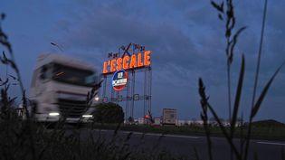 Un poids-lourd passe devant le parking du relaisroutiersL'Escale, fermé, le 26 mars 2020 à Deols (Indre), lors du confinement pour lutter contre l'épidémie de Covid-19. (GUILLAUME SOUVANT / AFP)