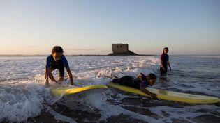 De jeunes surfeuses à Tarfaya, au Maroc, le 14 avril 2021. (REUTERS / IMANE DJAMIL)