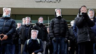 Des employés du groupe Canal+ se rassemblent à Boulogne-Billancourt (Hauts-de-Seine), en soutien au journaliste Stéphane Guy, licencié à la suite de son message de soutien à l'humoriste Sébastien Thoen, le 5 janvier 2021. (THOMAS COEX / AFP)