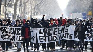 Des étudiants manifestent contre la loi Travail, le 17 mars, à Paris. (ERIC FEFERBERG / AFP)