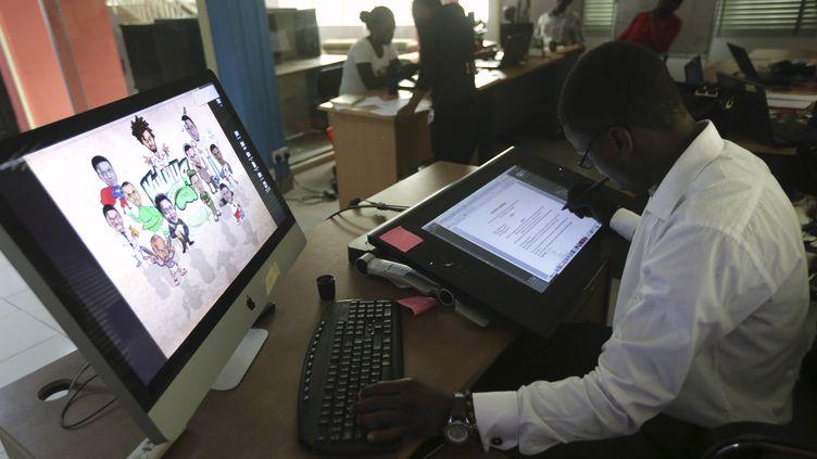 Un illustrateur de l'entreprise Kuluya Games de Lagos, au Nigeria, travaille sur une palette graphique. (AKINTUNDE AKINLEYE / X02000)