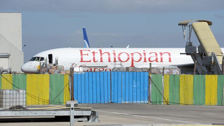 Un avion d'Ethiopian Airlines sur le tarmac de l'aéroport international d'Addis-Abeba Bole, en Ethiopie, le 28 novembre 2017. (GIOIA FORSTER / DPA)