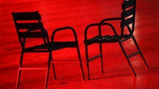 Deux chaises vides sur le tapis rouge du Festival de Cannes (VALERY HACHE / AFP)
