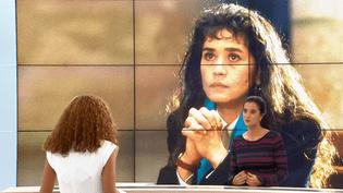 """Vanessa Schneider sur le plateau du Soir 3 afin de parler de son livre, """"Tu t'appelais Maria Schneider"""" (CAPTURE D'ÉCRAN FRANCE 3)"""