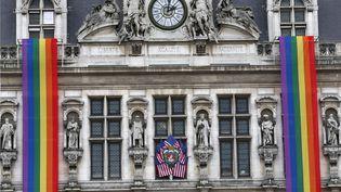 Drapeaux américains et bannière en arc-en-ciel sontsuspendues à la Mairie de Parisle 13 juin 2016 (CHRISTOPHE ENA / AP / SIPA)