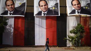 Des affiches du président sortant égyptienAbdel Fattah Al-Sissi sont accrochées à quelques jours de l'élection présidentielle, à Giza le 25 mars 2018. (MOHAMED EL-SHAHED / AFP)