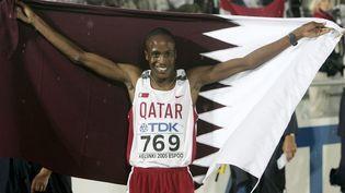 Saif Saaeed Shaheen après avoir remporté le 3000 mètres steeple aux championnats du monde d'athlétisme à Helsinki (Finlande), en 2005. (RUBEN SPRICH / REUTERS)