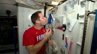 Thomas Pesquet qui se rase dans l'ISS (THOMAS PESQUET / ESA)