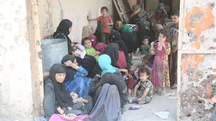 Un groupe de civils irakiens attend d'être évacué dans la vieille ville de Mossoul, en Irak, le 10 juillet 2017. (KHALIL DAWOOD / SIPA / XINHUA)