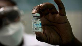 Une infirmière montre un flacon de vaccin Abdala, à la Havanne, le 14 mai 2021. (YAMIL LAGE / AFP)