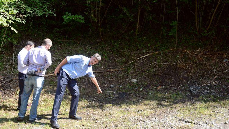 Des personnes sur les lieux de la fusillade de Chevaline (Haute-Savoie), le 7 septembre 2012. (PHILIPPE DESMAZES / AFP)