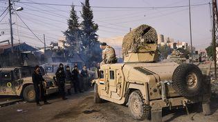 Des soldats irakiens engagés dans l'offensive contre le groupe Etat islamique, le 10 janvier 2017, dans les quartiers est de Mossoul (Irak). (DIMITAR DILKOFF / AFP)