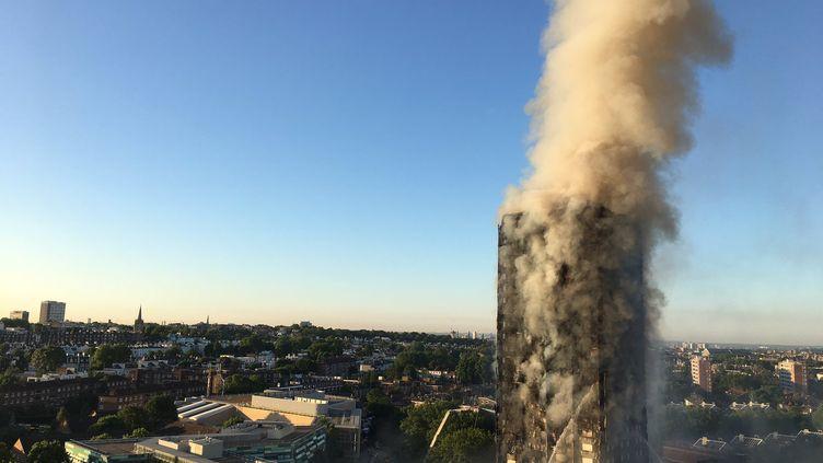 La tour Grenfell en proie aux flammes, le 14 juin 2017, à Londres. (NATALIE OXFORD / AFP)