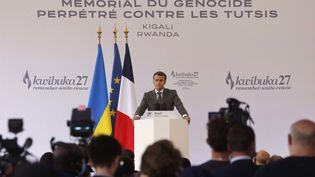 Le chef de l'Etat, Emmanuel Macron, lors d'un discours au mémorial du génocide, le 27 mai 2021 à Kigali (Rwanda). (LUDOVIC MARIN / AFP)