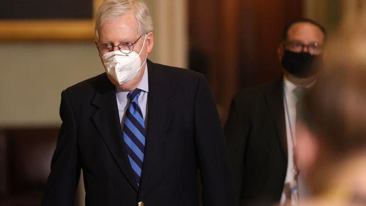 Le leader de la majorité républicaine au Sénat, Mitch McConnell, quitte la chambre du Sénat le 19 janvier 2021, à Washington (Etats-Unis). (JUSTIN SULLIVAN / GETTY IMAGES NORTH AMERICA / AFP)
