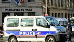 Des officiers de police montent la garde près du bâtiment annexe de la préfecture de police, quai de Gesvres à Paris, le 3 octobre 2019. (BERTRAND GUAY / AFP)