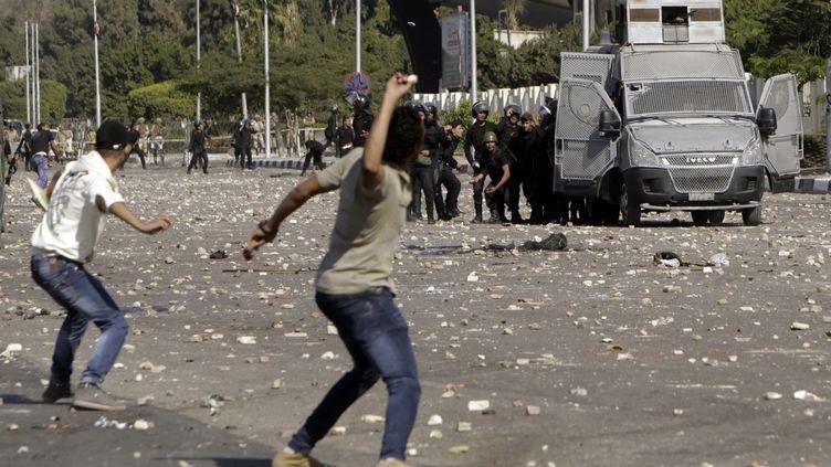 Des étudiants pro-Morsi affrontant la police, au Caire, le 20 octobre 2013. (MOHAMED ABD EL GHANY / REUTERS)