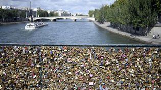 Une photo des cadenas d'amour sur le pont des arts, le 14 septembre 2014. (STEPHANE DE SAKUTIN / AFP)