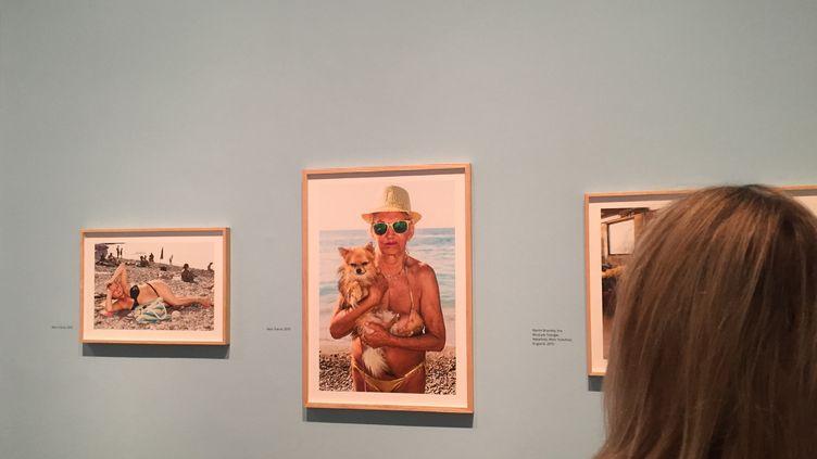 """Une visiteuse àl'exposition """"Only Human"""" de Martin Parr à la National Portrait Gallery, le 31 mars 2019. (Laure Narlian / Franceinfo)"""