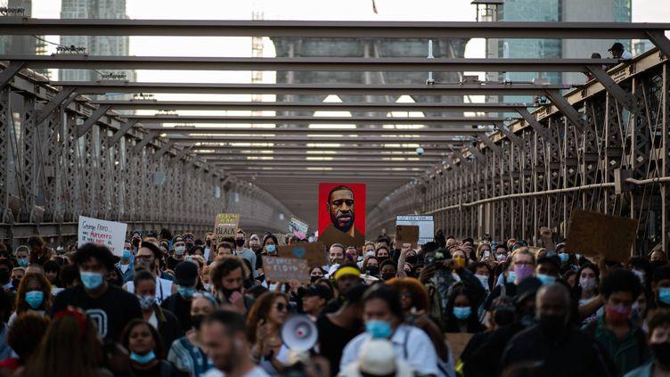 A New York, des centaines de personnes ont participé à une marche ralliant Brooklyn depuis l'île de Manhattan. (EDUARDO MUNOZ ALVAREZ / AP / SIPA)