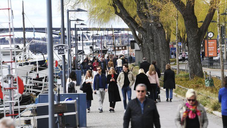 Des habitants se promènent dans les rues de Stockholm, en Suède, le 19 avril 2020. (FREDRIK SANDBERG / TT NEWS AGENCY / AFP)