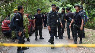 Des policiers menant des recherches, le 13 août 2019, dans la région de Seremban, en Malaisie, où lajeune Nora Quoirin a disparu. (MOHD RASFAN / AFP)