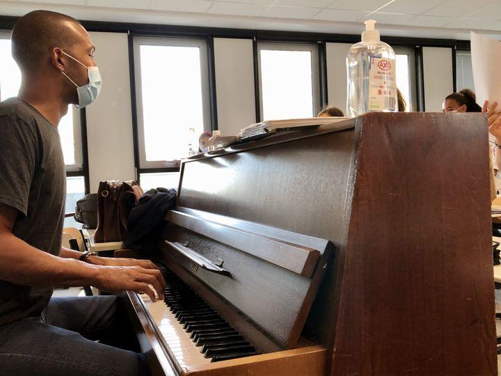 Le professeur de musique du collège Paul Landowski, à Boulogne-Billancourt, fait classe masqué, comme ses élèves. (NOEMIE BONNIN / RADIO FRANCE)