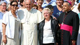 Le pape François en compagnie de père Dominique Lebrun, de Roselyne et Chantal Hamel, les soeurs de pèreJacques Hamel au Vatican, le 14 septembre 2016. (ALESSANDRO BIANCHI / REUTERS)