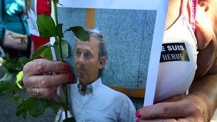 Un portrait de Hervé Cornara brandi lors d'une marche blanche à sa mémoire le 30 juin 2015 à Fonaines-sur-Saône. (MAXPPP)