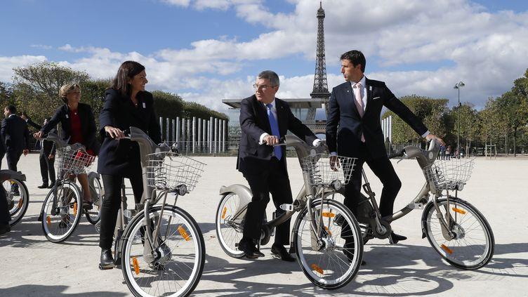 Thomas Bach, président du CIO (au centre) en compagnie d'Anne Hidalgo et Tony Estanguet le 2 octobre 2016 à Paris. (THOMAS SAMSON / AFP)