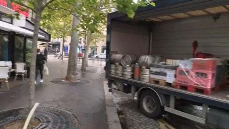 Avec la fermeture des bars à Paris notamment, les producteurs de boisson commencent déjà à ressentir de graves conséquences économiques. Ils réclament de l'aide au gouvernement. (FRANCE 2)