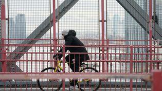 Un cycliste masqué, le 25 mars 2020 à New York (Etats-Unis). (BRYAN R. SMITH / AFP)
