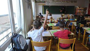Des élèves dans une classe de CM1 à Aytré (Charente-Maritime), le 1er septembre 2015. (XAVIER LEOTY / AFP)