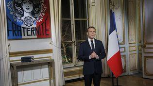 Le président de la République, Emmanuel Macron, présente ses vœux aux Français, le 31 décembre 2018 à l'Elysée. (MICHEL EULER / AFP)