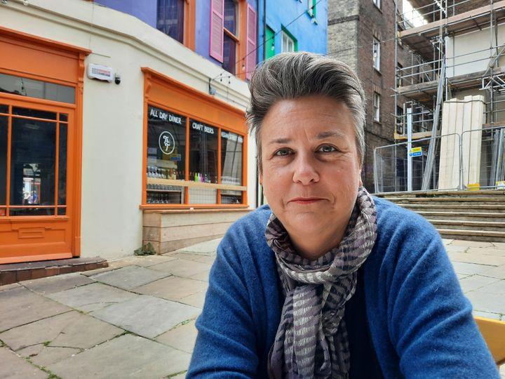 Bridget Chapman, membre de KRAN, un réseau d'aide aux réfugiés, en Angleterre. (RICHARD PLACE / RADIO FRANCE)
