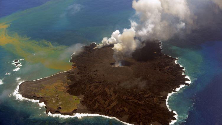 L'îlot volcanique, au large du Japon, le 23 juillet 2014. (JAPAN COAST GUARD / JAPAN COAST GUARD / AFP)