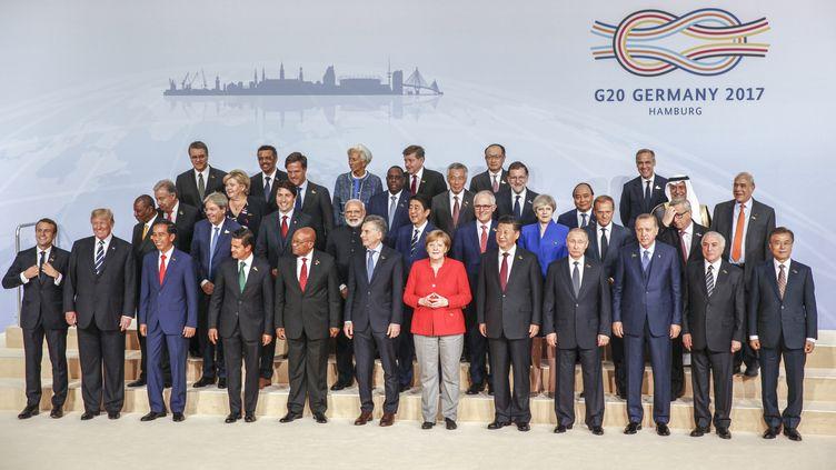 Les dirigeants du G20 posent pour une photo de famille, le 7 juillet 2017 à Hambourg (Allemagne). (MICHELE TANTUSSI / ANADOLU AGENCY / AFP)