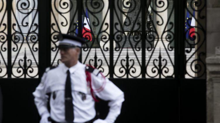 Un agent de sécurité devant le palais de l'Elysée, le 18 mai 2017. (VINCENT ISORE / MAXPPP)