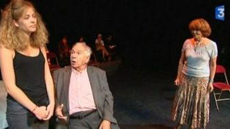 """Michel Galabru prépare """"Les Rustres"""" avec 5 comédiens amateurs  (Culturebox)"""