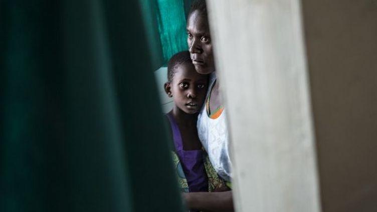 Une femme et sa fille infectées par le VIH dans un centre de santé du Malawi. (MARCO LONGARI / AFP)
