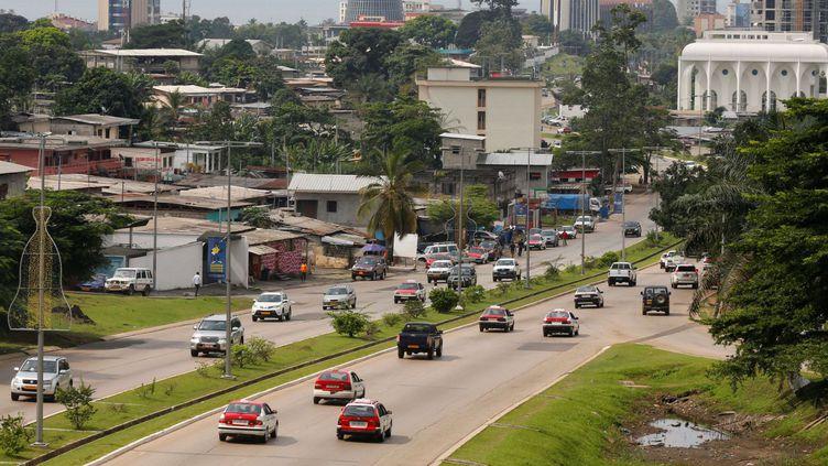 Des voitures sur une autoroute à Libreville, la capitale du Gabon, le 16 janvier 2017. (REUTERS/Mike Hutchings)