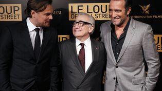 """Leonardi Di Caprio, Martin Scorcese et Jean Dujardin à l'avant première du film """"le Loup de WallStreet"""". Paris le 9 décembre 2013 (PATRICK KOVARIK / AFP)"""