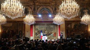 Emmanuel Macron et Elizabeth Pineau, présidente de l'Association de la presse présidentielle, dans la salle des fêtes du palais de l'Elysée, le 3 janvier 2017. (LUDOVIC MARIN / AFP)