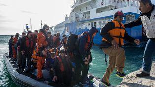 Des migrants arrivent à Lesbos (Grèce), après avoir traverséla mer Egée depuis la Turquie, le 7 mars 2016. (MARKUS HEINE / NURPHOTO / AFP)