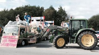Des agriculteurs bloquent les équipes et les véhicules de la caravane publicitaire de Carrefour du Tour de France à Lohéac (Ile-et-Vilaine) le 11 juillet 2015. (H. PÉDECH / FRANCE 3)